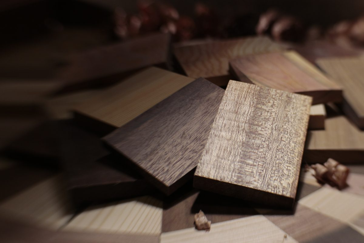 Výroba sa začína výberom dreva - každé je jedinečné svojou štruktúrou, kresbou afarbou.