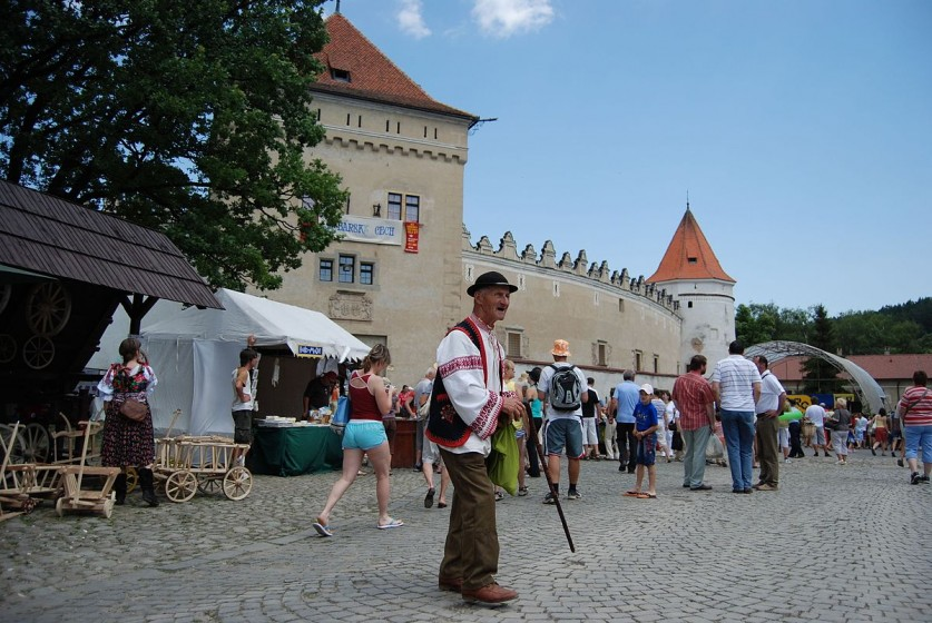 "<a href=""https://commons.wikimedia.org/wiki/Category:Ke%C5%BEmarok_Castle?uselang=sk#/media/File:Kezmarsky_hrad_01.JPG"" target=""_blank"">Zdroj: Wikipedia, Autor: Cepom</a>"