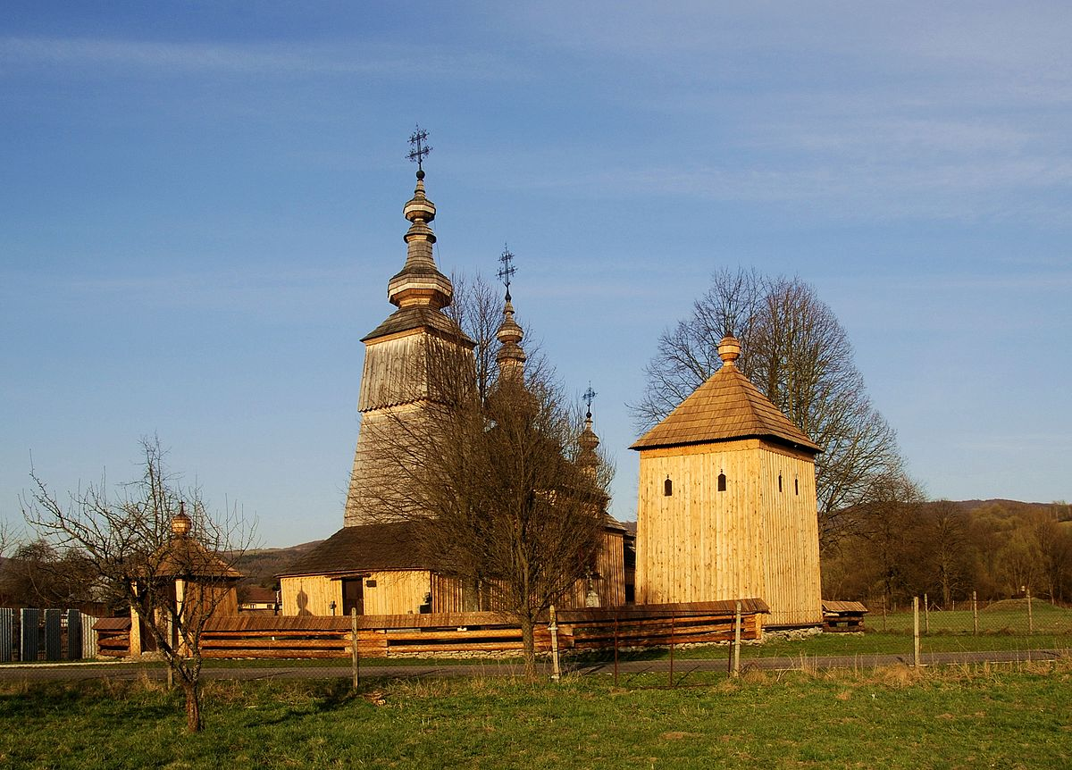 "[lnk url=""https://commons.wikimedia.org/wiki/Category:Temple_of_St_Michael,_Ladomirov%C3%A1?uselang=sk#/media/File:Ladomirova,_cerkiew_widok_og%C3%B3lny.jpg""]Zdroj: Wikipedia, Autor: Henryk Bielamowicz[/lnk]"