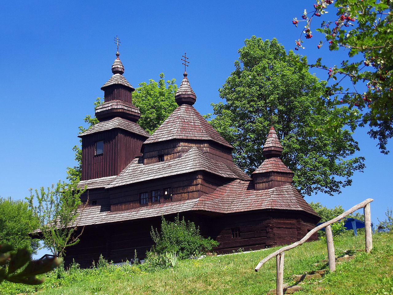 """[lnk url=""""https://commons.wikimedia.org/wiki/File:Humenne-Eglise_archange_St-Michel-summer.jpg""""]Zdroj: Wikipedia, Autor: Pierre Bona[/lnk]"""