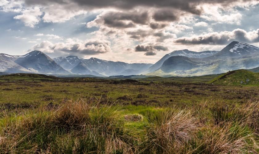 prírodná scenéria lúky a hôr