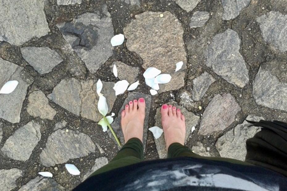 bosé nohy na kamennej dlažbe