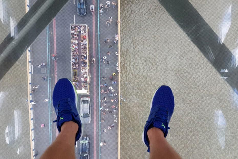 nohy, priehľadný mosť