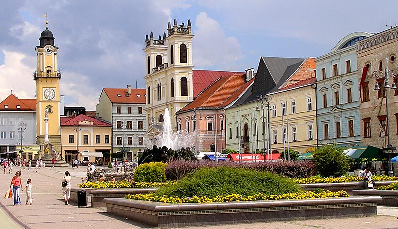 """[lnk url=""""https://en.wikipedia.org/wiki/Bansk%C3%A1_Bystrica#/media/File:Banska_Bystrica_SNP_Square.jpg""""]Zdroj: Wikipedia[/lnk]"""