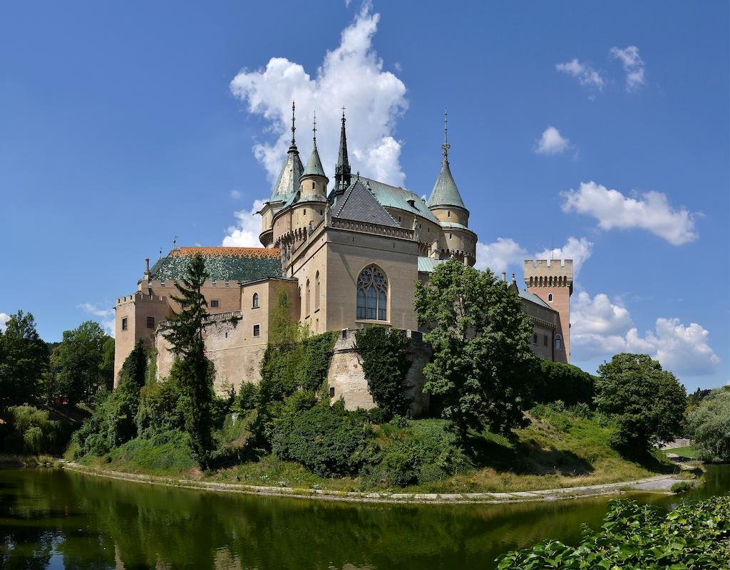 """[lnk url=""""https://commons.wikimedia.org/wiki/File:Bojnice_(Bojnitz)_Castle_(by_Pudelek).jpg""""]Zdroj: Wikimedia CC 3.0, Autor: Pudelek[/lnk]"""