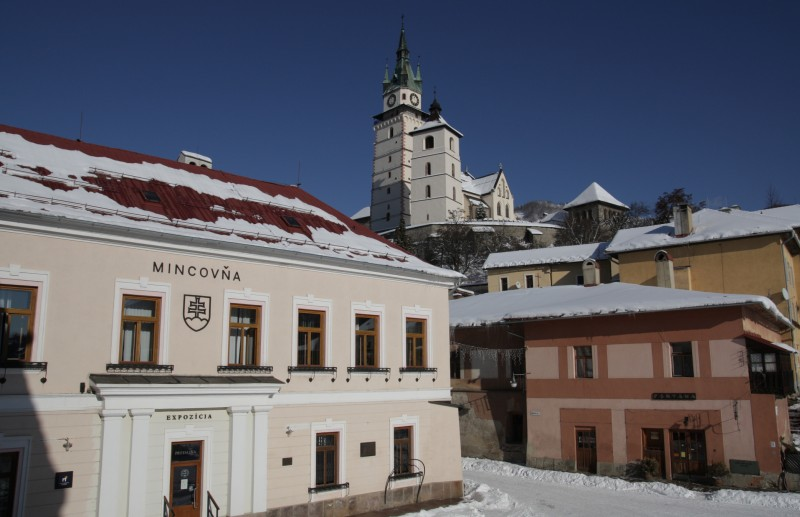 "[lnk url=""https://upload.wikimedia.org/wikipedia/commons/1/17/Budova_Mincovne_Kremnica.jpg""]Zdroj: Wikipedia CC 2.0, Autor: MincovnaKCA[/lnk]"
