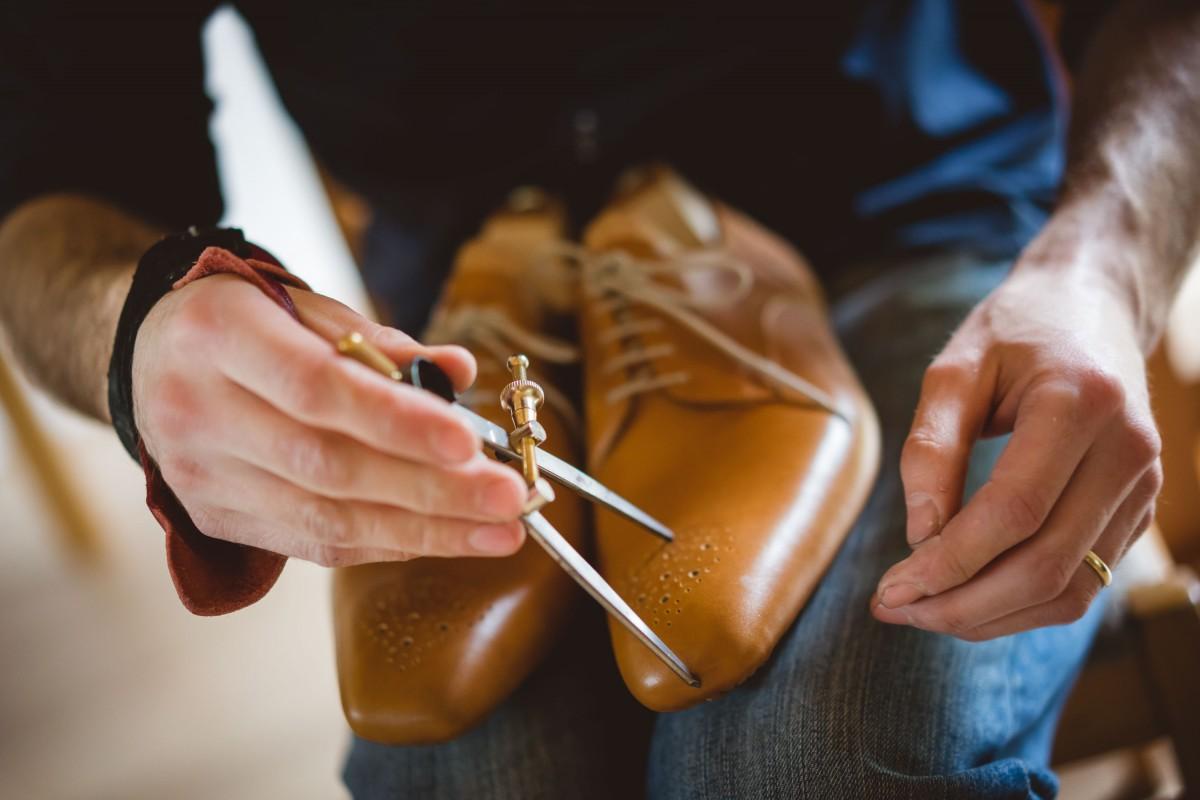 cc4d2e6a1c2e Ručne vyrobené topánky obuvník prešije šidlom až 2 600-krát
