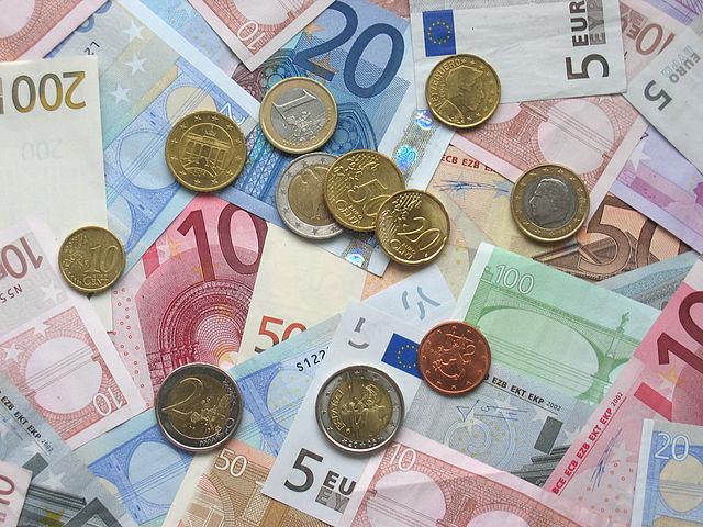 "[lnk url=""https://commons.wikimedia.org/wiki/File:Euro_coins_and_banknotes.jpg""]Zdroj: Wikimedia, Autor: Avij[/lnk]"