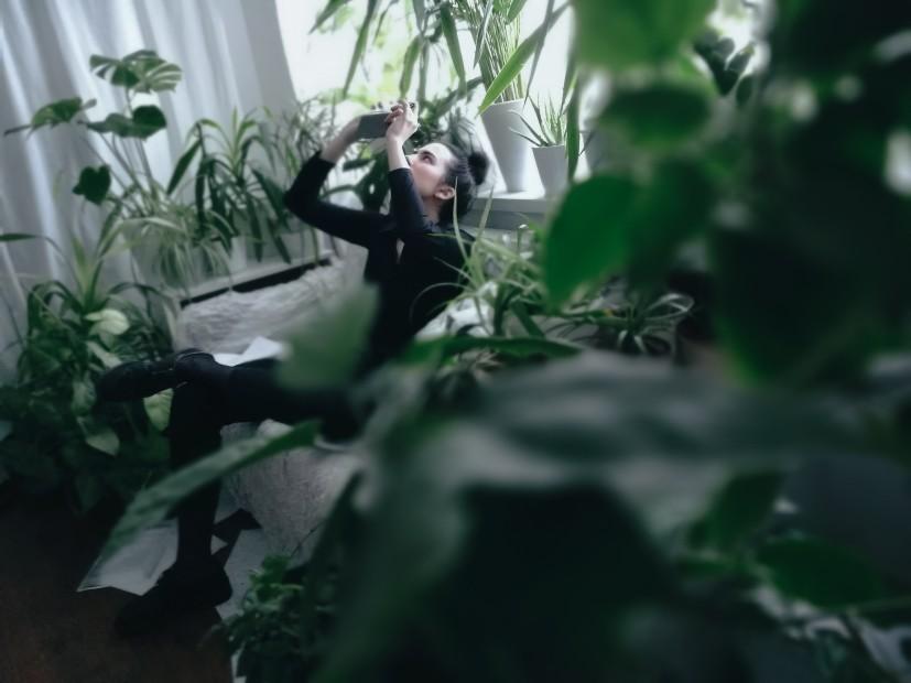 Evelyn Benčičová medzi rastlinami