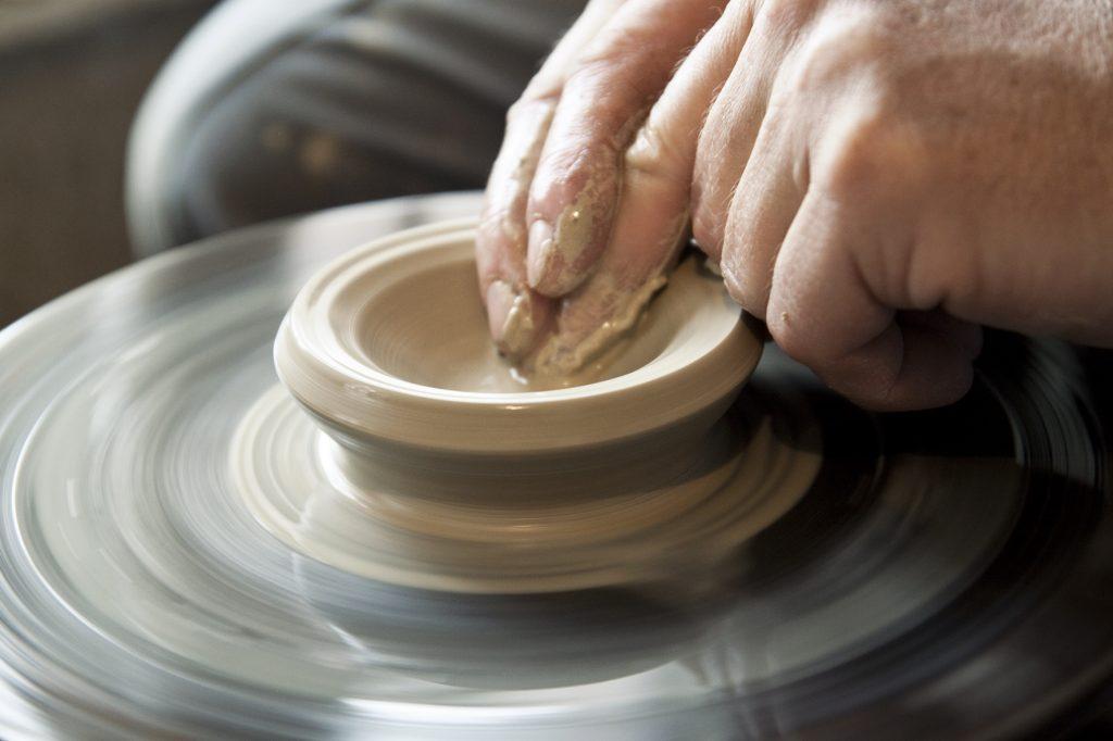Vytáčanie hliny na kruhu