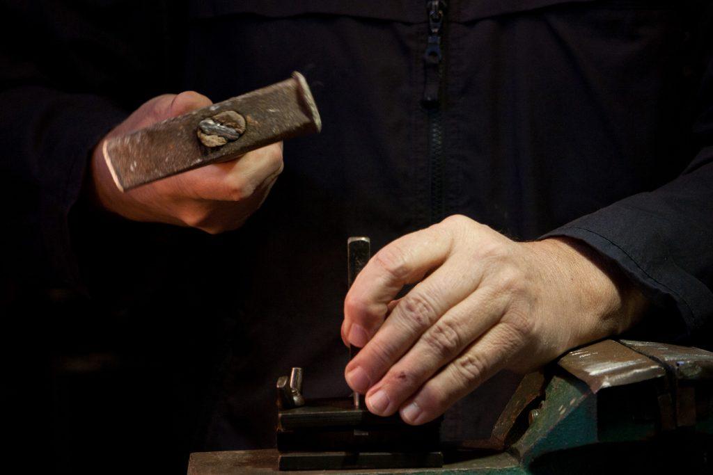 Jedným úderom kladivom sa zafixuje jazýček vráme drumbľe.