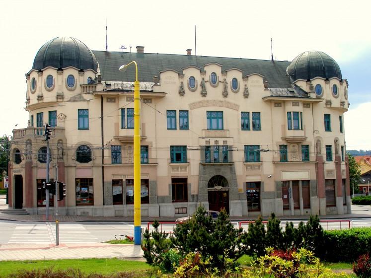 """<a href=""""https://commons.wikimedia.org/wiki/Category:Bos%C3%A1k_house_(Pre%C5%A1ov)#/media/File:Presov12Slovakia39.JPG"""" target=""""_blank"""">Zdroj: Wikipedia, Autor: Ing.Mgr.Jozef Kotulič</a>"""