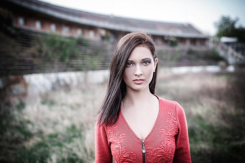 Fotografická odrazová doska odráža svetlo do vlasov, pre ich lepšie vykreslenie alesk.