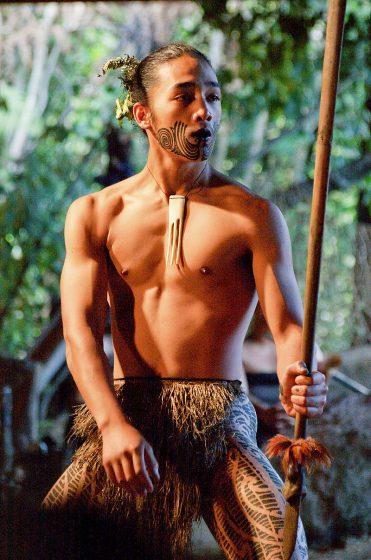 Mladý Maor pri tanci Nový Zéland