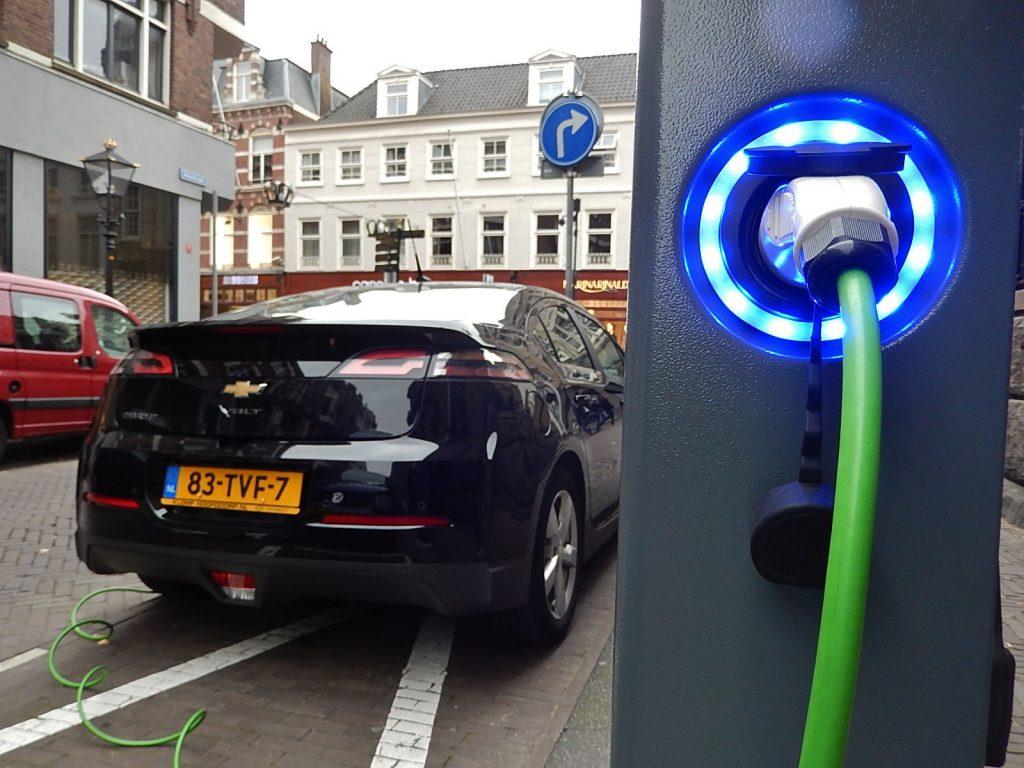 Nabíjanie elektrického auta na ulici vHolandsku