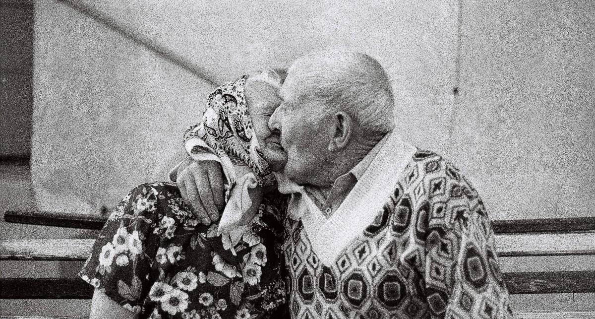 starší ľudia, bozk