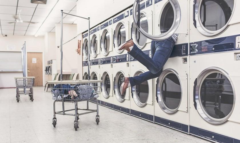 človek trčiaci z práčky