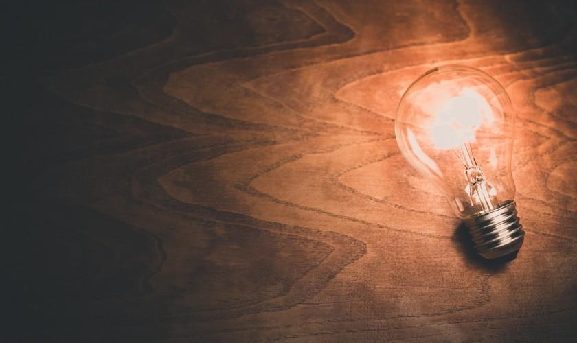 žiarovka na stole