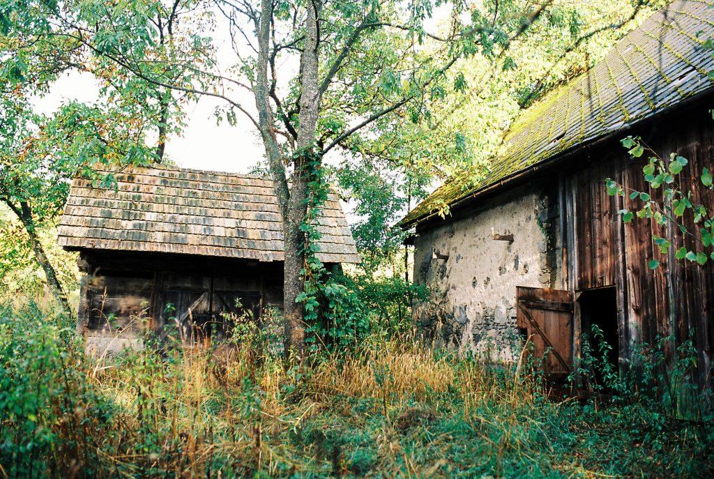 Lazy sú plné opustených achátrajúcich domov.