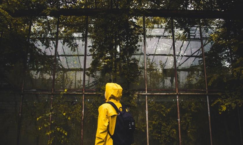 človek v pršiplášti, skleník