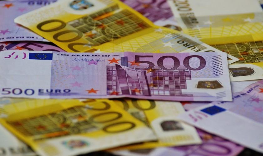 [lnk url=https://www.pexels.com/photo/500-euro-banknote-under-200-banknote-16454