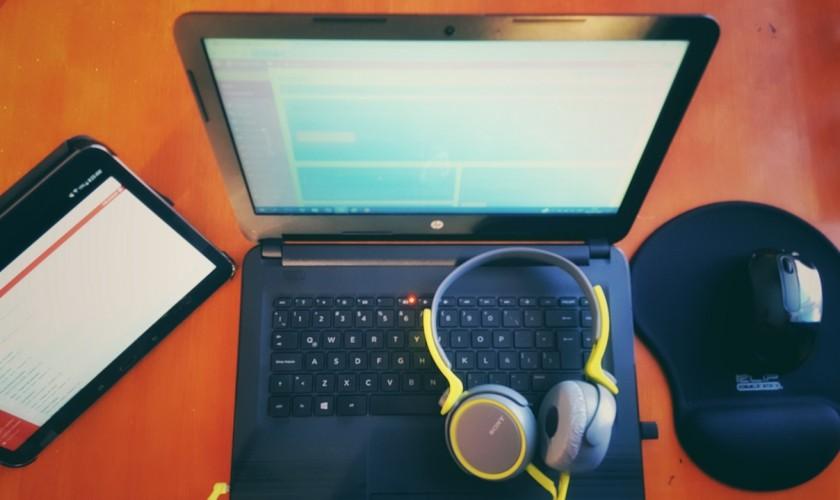 počítač, slúchadká, tablet