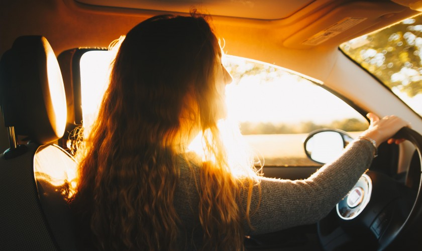 žena v aute