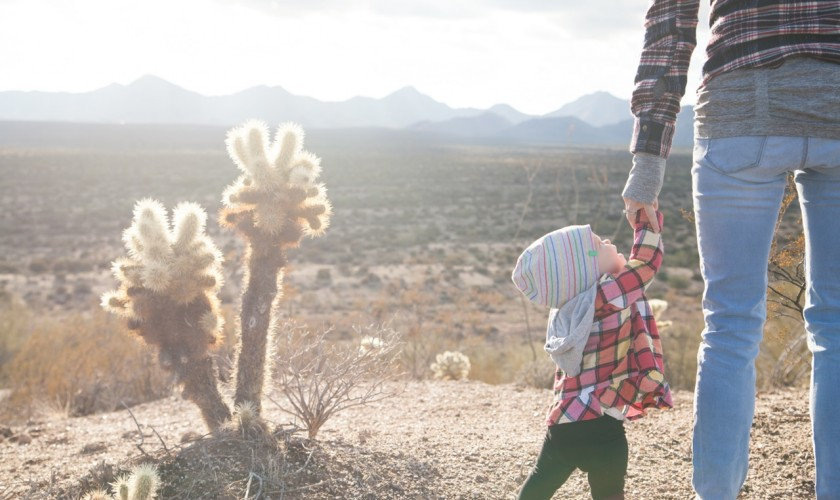 žena s dieťaťom, púšť