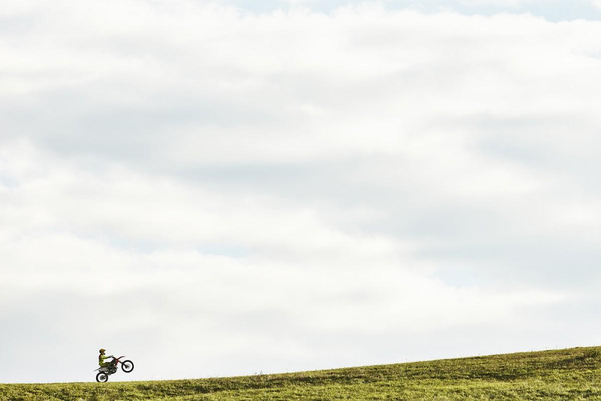 Mám rád minimalizmus ana tejto fotke jazdca Štefana Svitka sme sa pohrali sumiestnením horizontu.
