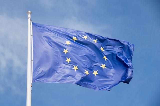"[lnk url=""https://www.shutterstock.com/image-photo/waving-europe-flag-blue-sky-background-402581140?src=library""]Zdroj: Shutterstock[/lnk]"
