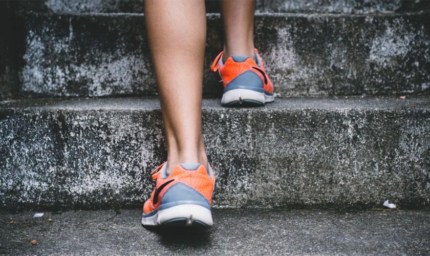 nohy, tenisky, schody