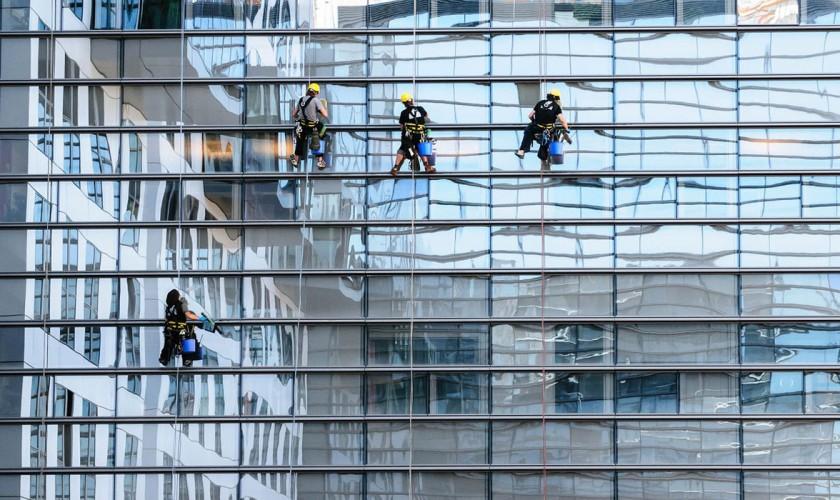 robotníci na budove