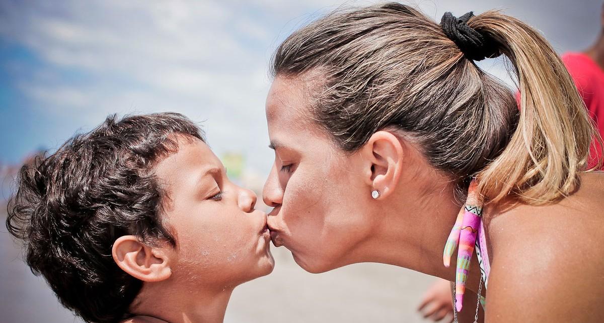 žena bozkávajúca dieťa