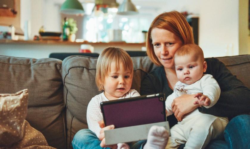 žena s deťmi, tablet